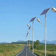 Carretera iluminada con luminarias solares para alumbrado publico