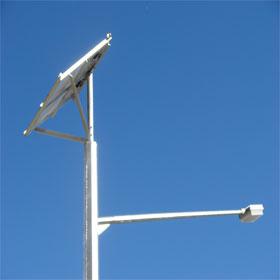 Poste y luminaria solar con panel fotovoltaico